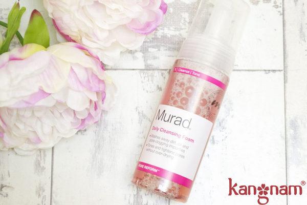Sử dụng sữa rửa mặt tạo bọt hằng ngày Murad để giữ cho làn da luôn trong trạng thái tốt nhất.