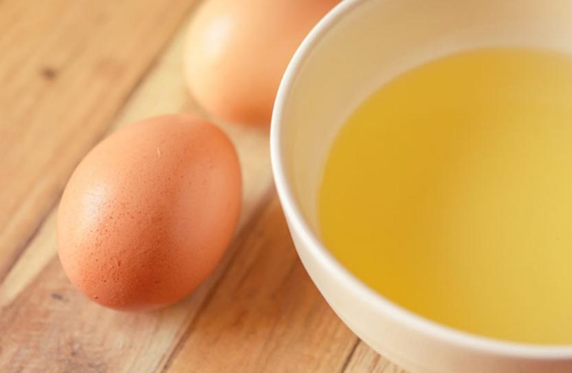 Dùng lòng trứng gà để làm mặt nạ trắng da