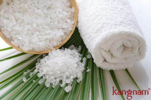 Công dụng to lớn của muối trong điều trị mụn