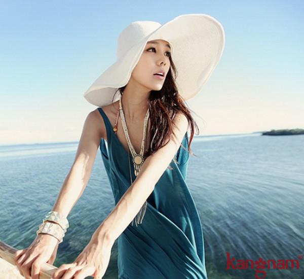 Mũ rộng vành là một trong những vật dụng cần thiết khi đi du lịch biển
