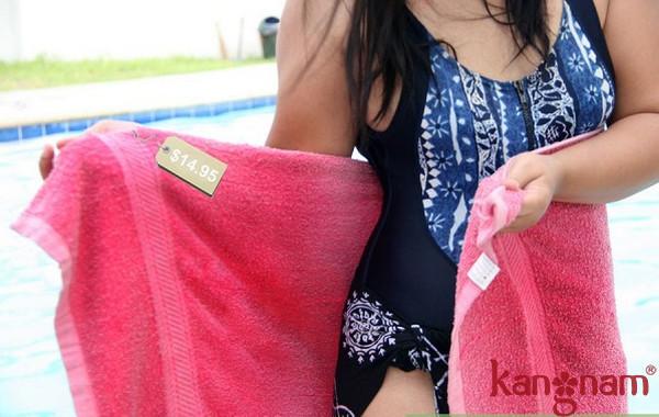 Khăn lông cần thiết trong lúc tắm biển để đảm bảo cơ thể bạn luôn khô ráo