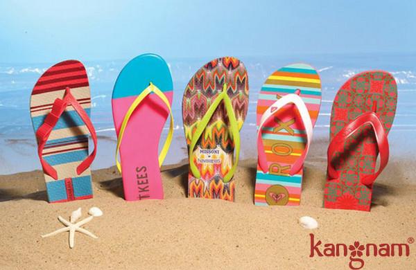Dép lê cần thiết khi đi du lịch biển giúp bạn có thể sải bước dễ dàng trên bãi biển